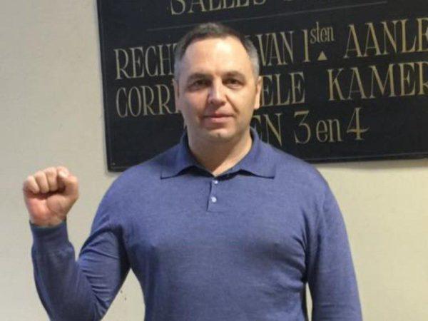 Портнова в Киеве охраняют полицейские с автоматами