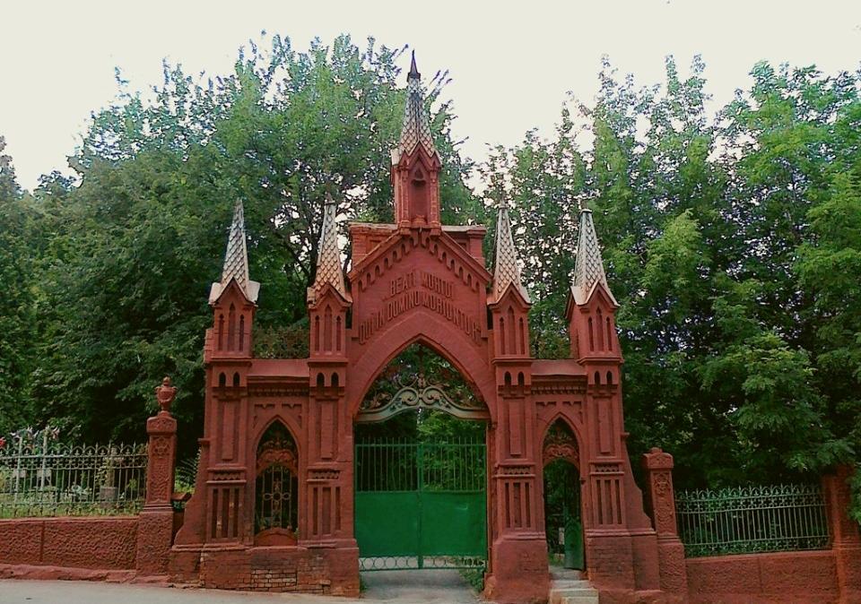 Кирпичный забор вокруг Байкового кладбища запретили разбирать