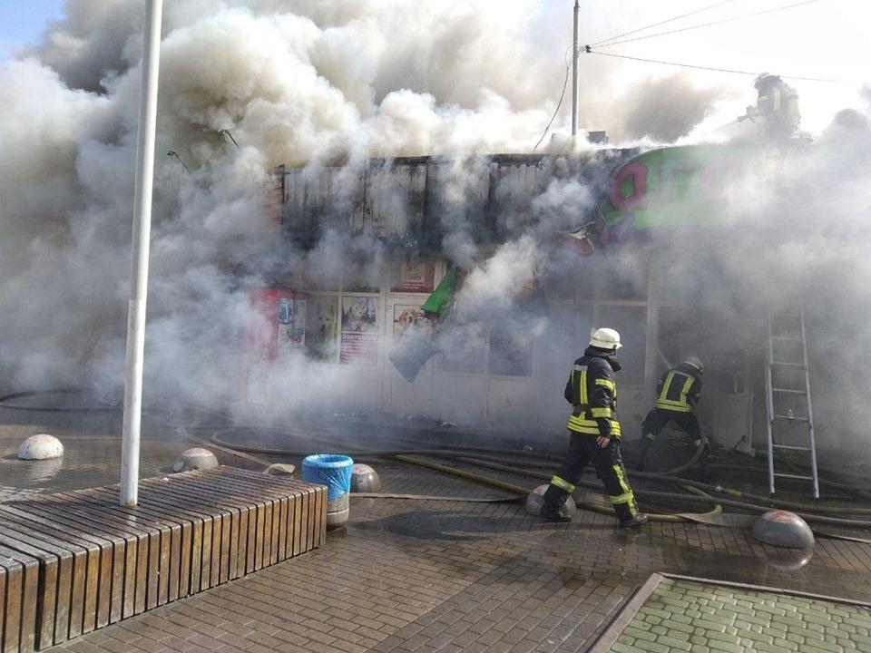В Киеве полыхал рынок возле станции метро