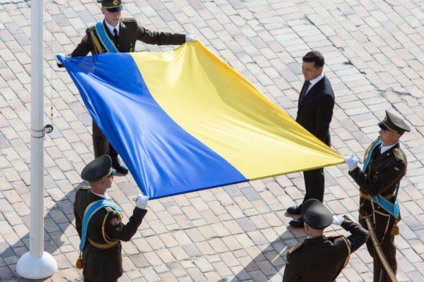 В Киеве торжественно подняли государственный флаг