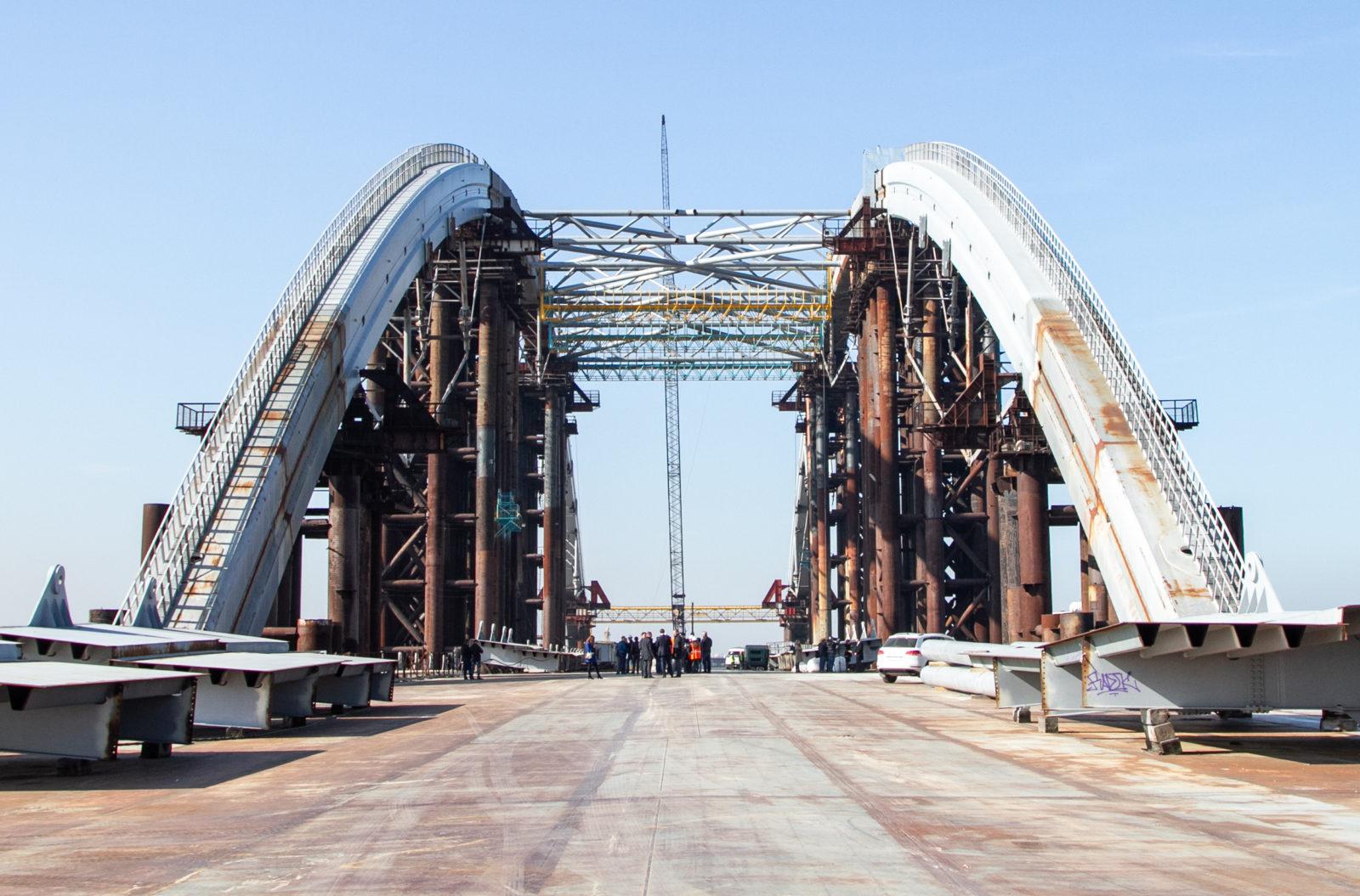 С недостроенного моста через Днепр убирают ржавые опоры: как это выглядит