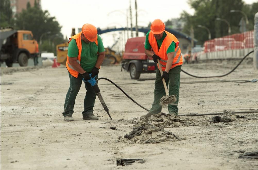В центре столицы ограничили движение — ремонтируют дорогу