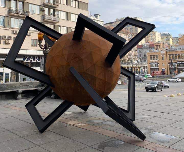 На месте памятника Ленину установили скульптуру-шар
