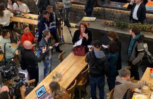 Женщина с криками пыталась прорваться к Зеленскому во время пресс-марафона