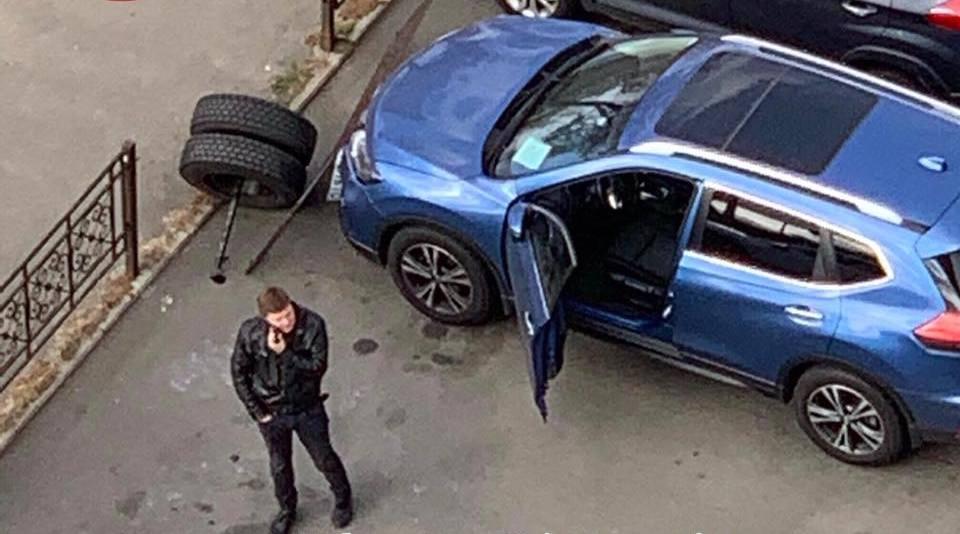 У столичной маршрутки оторвалось колесо и влетело в автомобиль