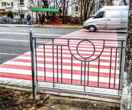 На Отрадном новый пешеходный переход уперся в ограждение