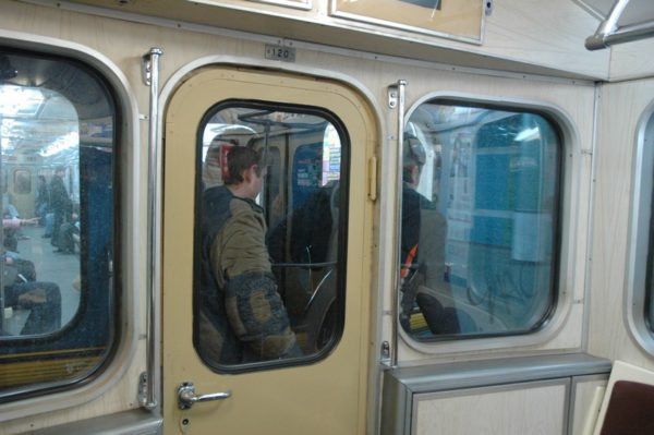 В столичном метро заметили зацепера с сигаретой: видео
