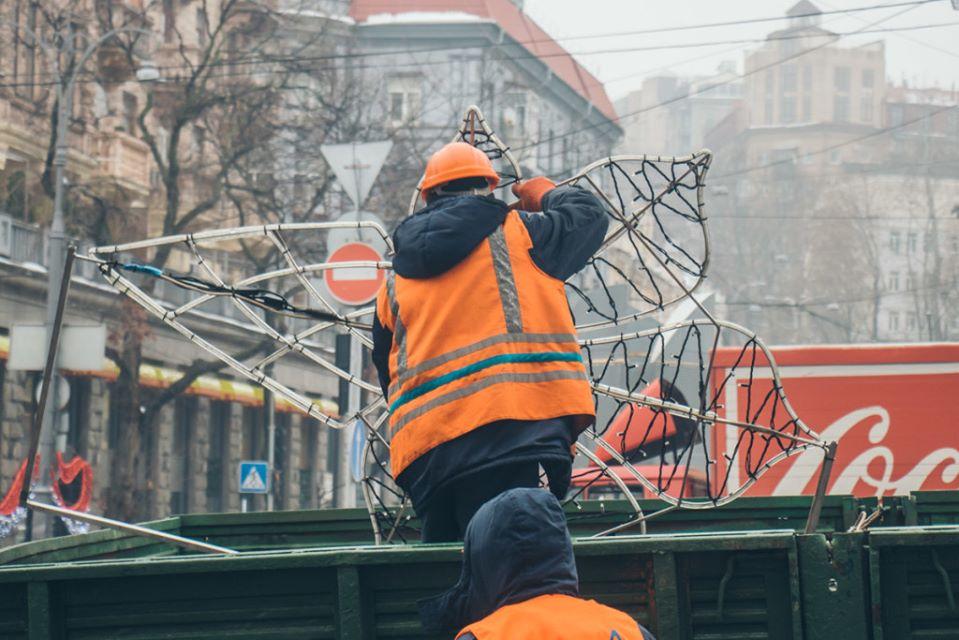 Киев начали украшать новогодней иллюминацией