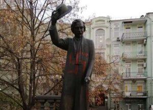 В Киеве разрисовали свастикой памятник Шолом-Алейхему