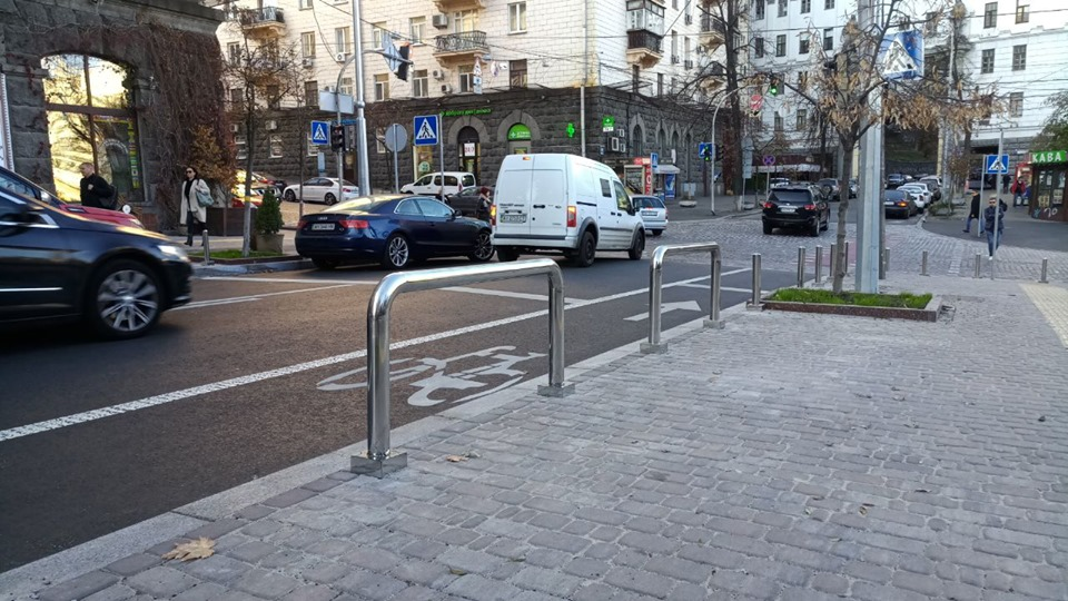 На Пушкинской установили «антипарковочные» велопарковки