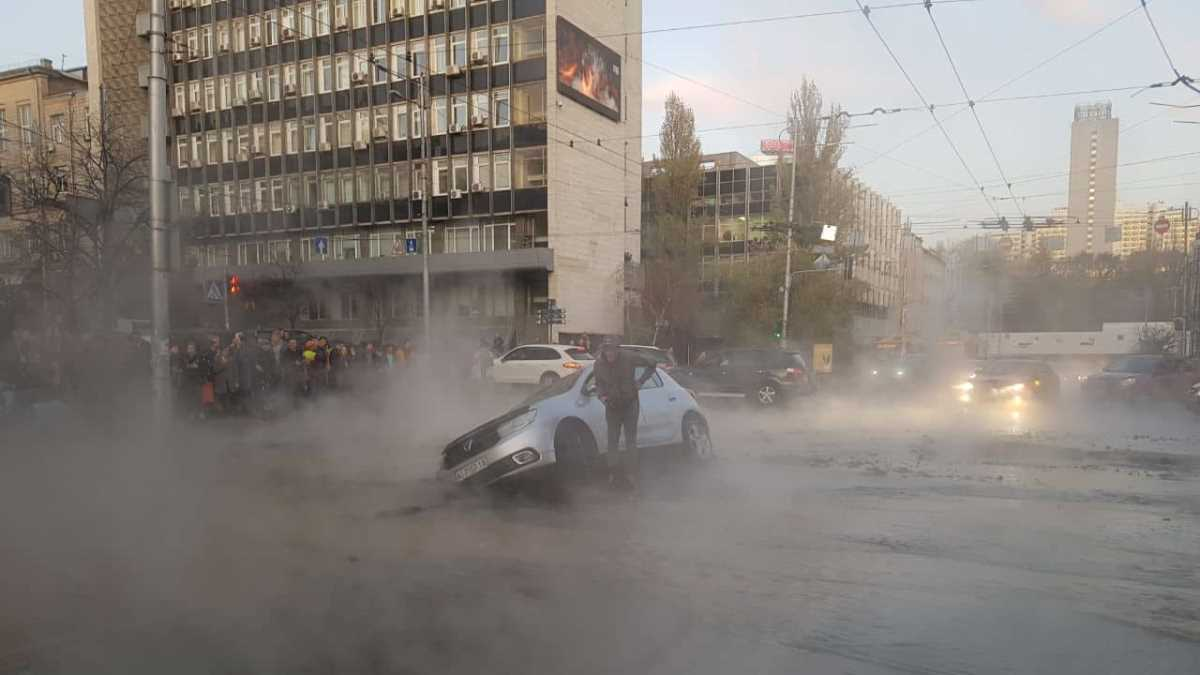 В центре Киева прорвало трубу, в яму провалились автомобили