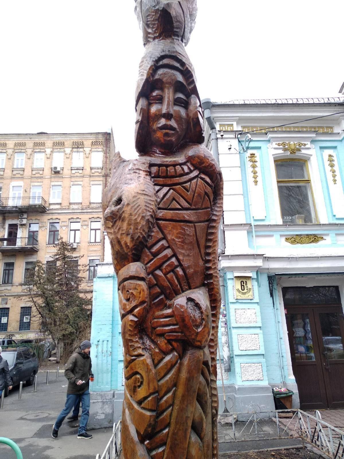 Деревянную скульптуру «египетская жрица», вернули в центр столицы