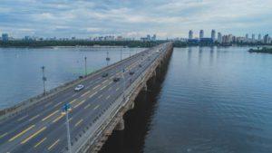 На столичном мосту Патона действует новая схема движения
