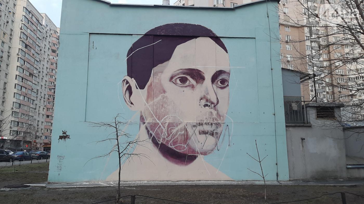 В столице вандалы облили краской мурал бразильского художника