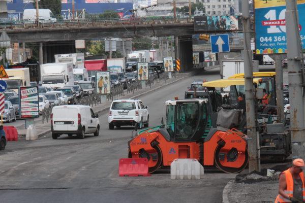 В Киеве активно начали ремонтировать дороги